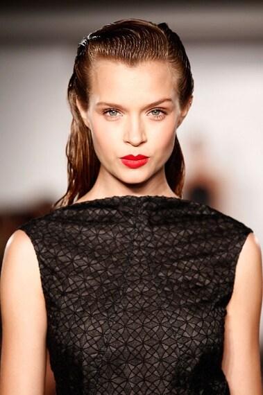 Look raffinato e sofisticato con labbra rosse e blush pesca. Sugli occhi immancabile il mascara