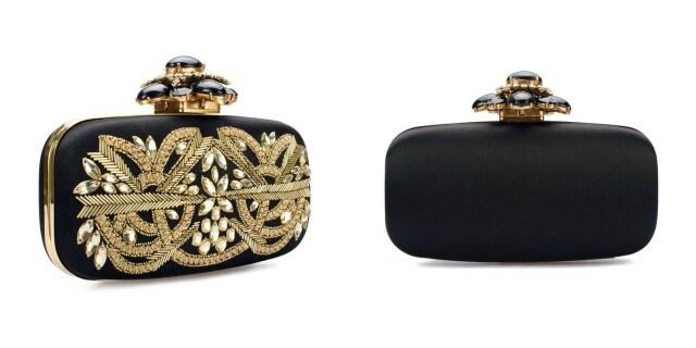 La clutch in satin nero e decori gold indossata da Amal per l'addio al nubilato