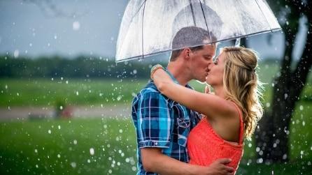 Arriva un forte temporale, le foto del fidanzamento sono stupende