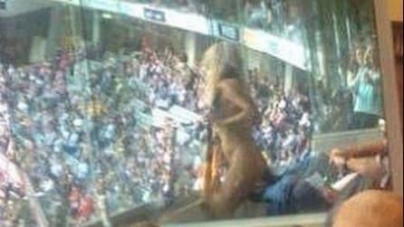 Si spoglia nuda allo stadio, rischia 4 anni di carcere
