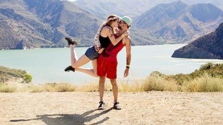 La coppia che si bacia in tutto il mondo