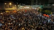 Hong Kong, la piazza si illumina con i telefonini dei manifestanti