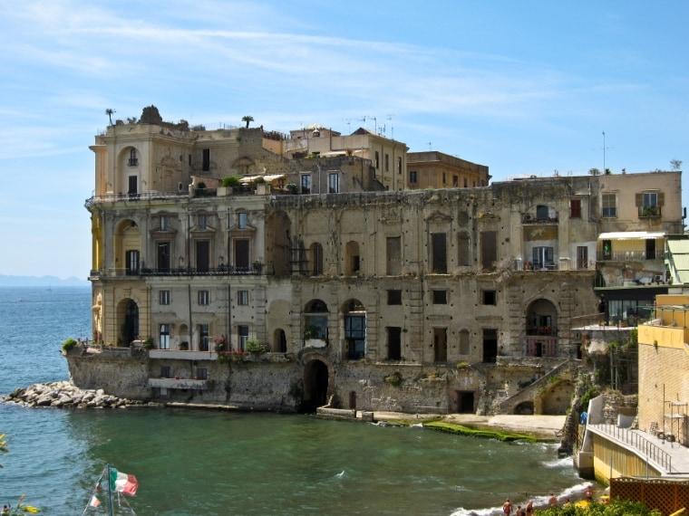 Palazzo Donn'Anna a Posillipo, secondo la tradizione, sembra sia 'infestato' di presenze: si tratterebbe della nobile Anna Carafa, che secondo i pettegolezzi eliminava gli amanti gettandoli in una botola collegata con il mare.