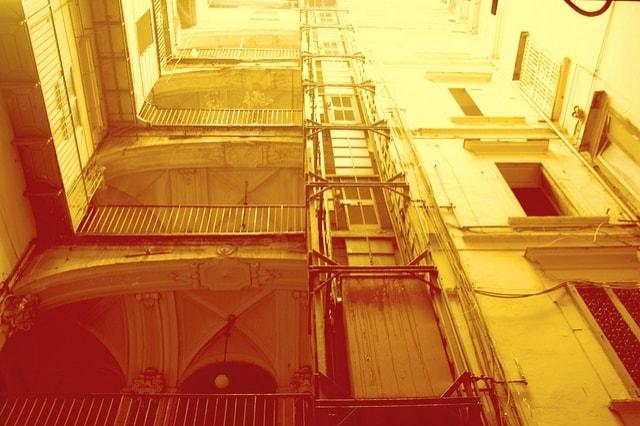 Nel palazzo al civico 56 di via Donnalbina, risalente al '600 e a suo tempo già affatturato, sulla parete di una stanza, un affresco raffigura l'immagine del diavolo. Inutili a tale riguardo passate di calce e tinteggiature varie. L'immagine riaffiora infatti ogni volta più chiara.