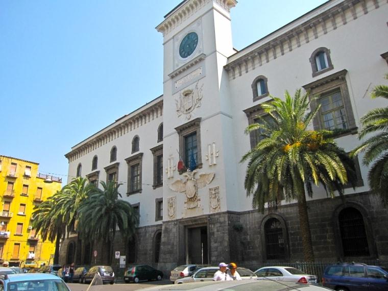 L'ombra bianca di Giuditta Guastamacchia, sanguinaria assassina salita sulla forca il 19 aprile del 1800, pare appaia nei corridoi di Castel Capuano, quello che una volta era la sede della Gran Corte della Vicaria, conosciuta per questo come l'Impiccata della Vicaria.