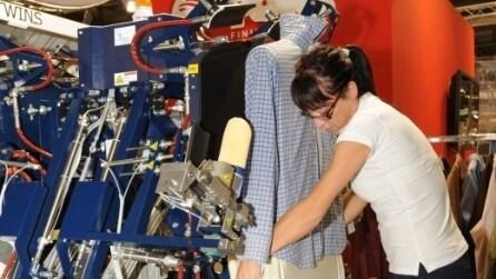 Milano, ecco la macchina che stira 100 camicie in un'ora