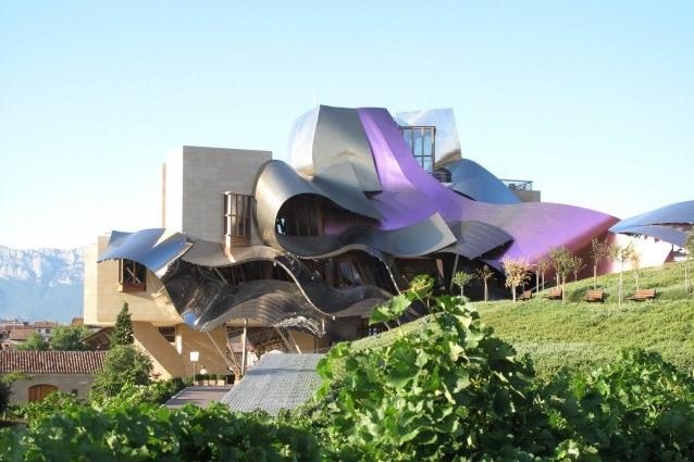 Nel cuore delle cantine Marqués de Riscal, un progetto colossale è stato portato alla vita con il contributo speciale dall'architetto canadese Frank O. Gehry. Innovazione e tradizione si uniscono in un unico edificio, realizzato con i materiali più moderni e costituendo un vero e proprio punto di riferimento architettonico. Sono ben 70mila i turisti che ogni anno visitano la Marquis de Riscal.