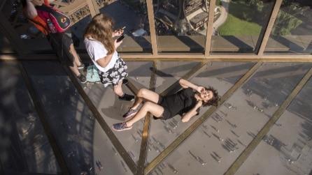La Torre Eiffel con il pavimento di cristallo