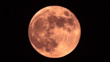 Il magnifico spettacolo della Luna rossa prima e dopo l'eclissi