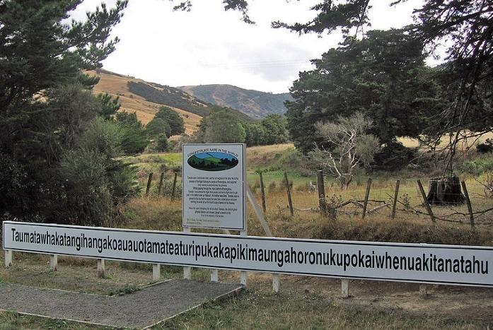 Taumatawhakatangihangakoauauotamateaturipukakapikimaungahoronukupokaiwhenuakitanatahu o Taumatawhakatangihangakoauauotamateapokaiwhenuakitanatahu è il nome in lingua maori di una collina che si trova in Nuova Zelanda. È attualmente il nome geografico più lungo usato al mondo, abbreviato in Taumata dagli abitanti del luogo.