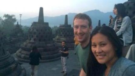 Mark Zuckerberg in Indonesia: saluto al sole nel tempio buddista