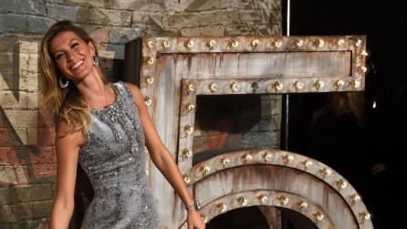 Gisele Bundchen gambe in mostra alla cena di Chanel