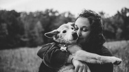 Il suo cane ha i giorni contati, così una ragazza lo porterà per sempre con lei