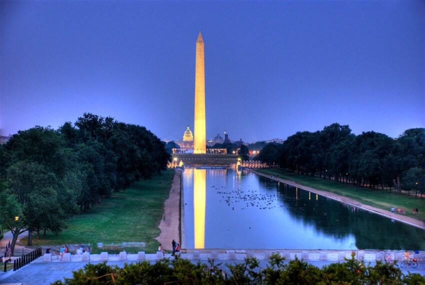 Il Washington Momument da Wikipedia: http://commons.wikimedia.org/wiki/File:Washington_Monument_at_night_-_11_July_2009.jpg