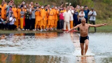 Shi Liliang, il monaco buddista che cammina e corre sull'acqua