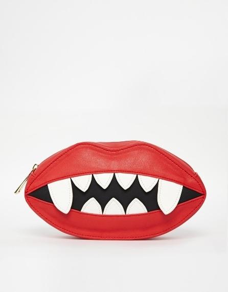 Pochette a forma di labbra 28,57 euro