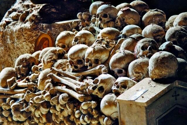Il Cimitero delle Fontanelle di Napoli accoglie 40.000 resti di persone vittime della grande peste del 1656 e del colera del 1836. Ed è uno dei luoghi più suggestivi e agghiaccianti di Napoli e d'Italia.