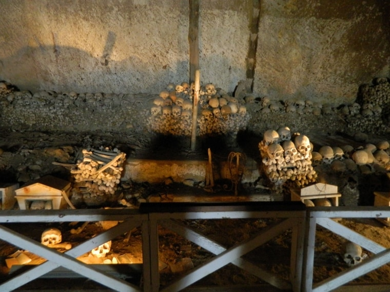 """Il cimitero è molto noto perché vi si svolgeva un particolare rito, detto delle """"anime pezzentelle"""", che prevedeva l'adozione e la sistemazione da parte di un abitante della città di un teschio (in napoletano «capuzzella»), al quale corrispondeva un'anima abbandonata («pezzentella» quindi), in cambio di protezione."""