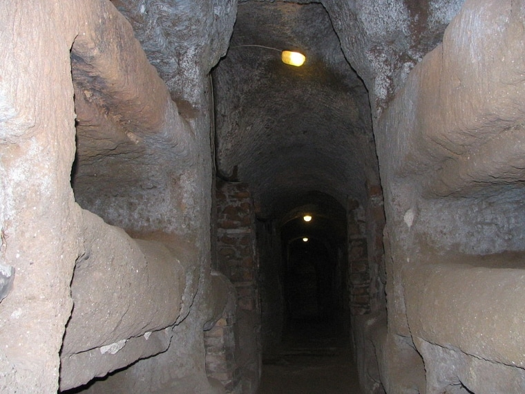 Le catacombe sono sorte verso fine del II secolo, con alcuni ipogei cristiani privati e da un'area funeraria direttamente dipendente dalla chiesa romana.