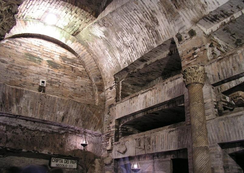 Si narra che nei 20 kilometri di percorso di queste catacombe, di notte si aggirino una miriade di fantasmi.