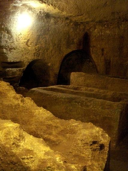 """Per risparmiare lavoro, le gallerie della Catacomba di San Giovanni di Siracusa furono aperte seguendo inizialmente il tracciato di un acquedotto greco ormai in disuso, che fu allargato fino alle dimensioni attuali. Uno """"spettacolo"""" alquanto macabro con scheletri vestiti e allineati perfettamente nelle catacombe suddivise per genere, età, tipologie varie."""