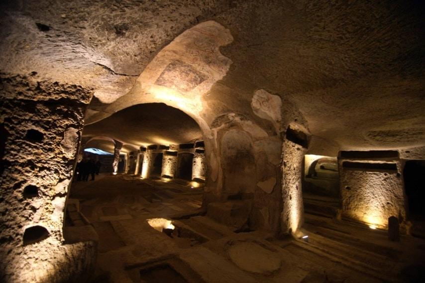 Le Catacombe di San Gennaro sono antiche aree cimiteriali sotterranee risalenti al II secolo e rappresentano il più importante monumento del Cristianesimo a Napoli.