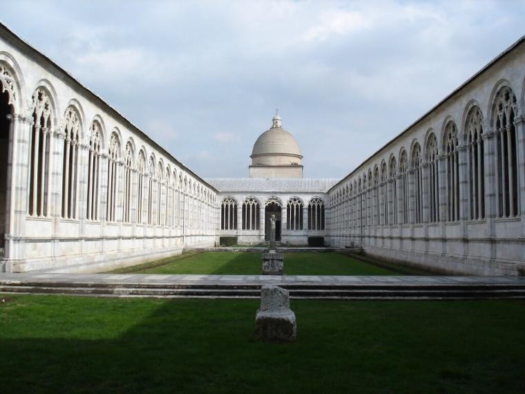 Il Campo Santo di Pisa: il solo camposanto che sia al mondo, tutti gli altri son cimiteri. » (Curzio Malaparte). Il Camposanto monumentale è un cimitero storico monumentale di Pisa, che chiude il lato nord di piazza del Duomo.