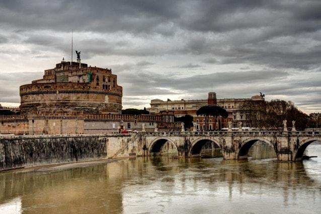 La notte fra il 10 e l'11 settembre, lungo il ponte che conduce a Castel Sant'Angelo si dice che compaia lo spettro di Beatrice Cenci, il più famoso fantasma di Roma, la cui storia ha ispirato dipinti di G.Reni, tragedie di P.B.Shelley e romanzi di A.Dumas, Stendhal.