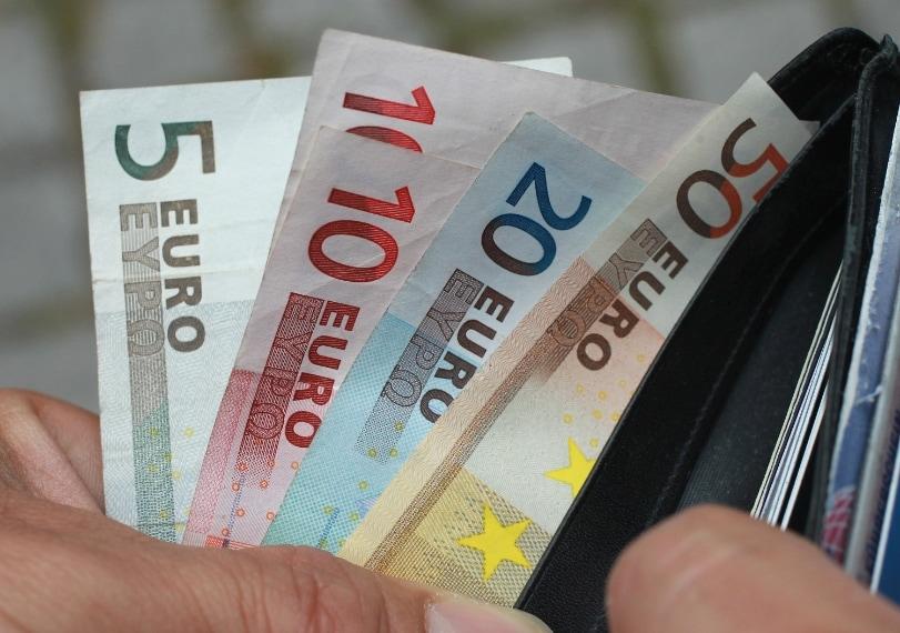 Alcune persone sono allergiche al nichel contenuto nelle monete e nelle banconote, dunque non possono maneggiare denaro senza avere delle gravi reazioni cutanee.