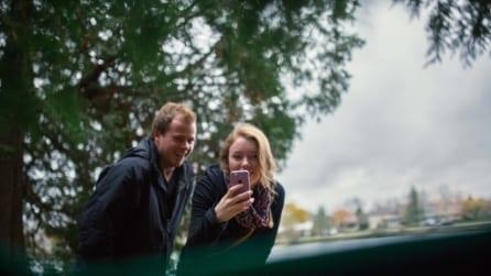 Le foto della proposta di matrimonio, scattate dal bidone dell'immondizia
