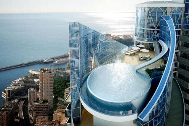 É ancora in costruzione, ma quando sa completa, la Odeon Tower a Monaco vanterà la casa più costosa del mondo: Sky Penthouse, che costerà $ 400 milioni, quasi il doppio del detentore del record corrente per l'attico più costoso al mondo, lo One Hyde Park di Londra, che è stato venduto per 223 milioni di dollari.
