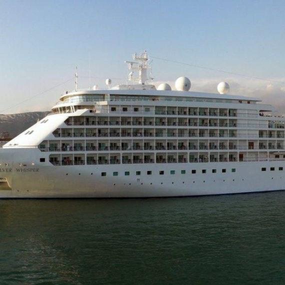 Il World Cruise di Silversea è un albergo galleggiante che lascia Los Angeles e tocca 49 porti in 115 giorni, facendo un viaggio intorno al mondo. La sua ultima tappa è in Ft. Lauderdale, FL, e gli ospiti restano a bordo della nave in suite spaziose e dotate di balcone e una zona pranzo. Il costo di tutto il viaggio è di $ 346.500.