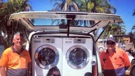 """Il furgone che diventa """"lavatrice"""" per aiutare i senzatetto"""