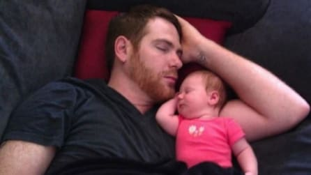 Tutto suo padre: padri e figli uniti dalla stessa posizione nel sonno