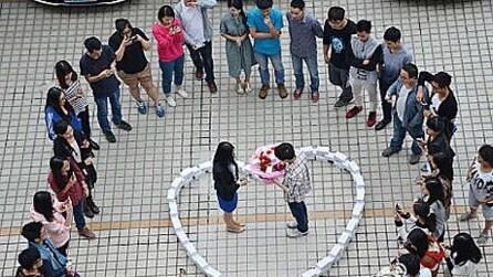 Vuole sposarla e realizza un cuore con 99 Iphone 6, ma lei lo rifiuta