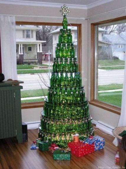 Le bottiglie di plastica possono dare vita a moltissime idee di riciclo creativo. Una tra le più originali è un albero di Natale fatto di bottiglie di birra.