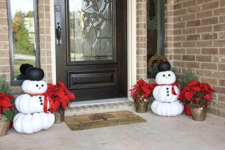 Avete ancora le zucche di Halloween? Non buttatele e riciclatele. Dipingetele di bianco e con esse create un pupazzo di neve da mettere fuori la porta di casa: accoglierà i vostri ospiti.