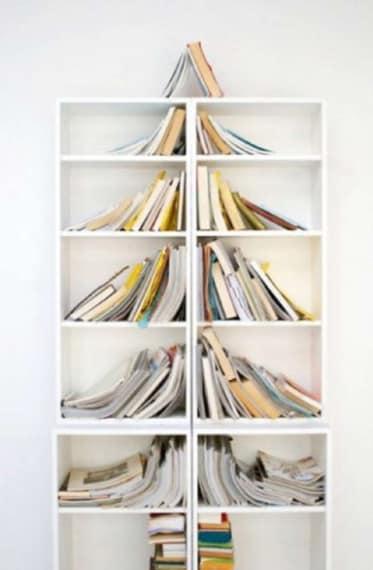 La vostra libreria disordinata in periodo natalizio non vi sembrerà un male: disponete i libri in maniera tale da creare un albero di Natale e non dovrete avere più l'ossessione di riordinarli, almeno per una ventina di giorni.