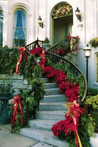 Decorare la scala di ingresso nelle nostre case ci farà subito sentire l'atmosfera natalizia: stelle di Natale e grossi nastri rossi saranno l'ideale.