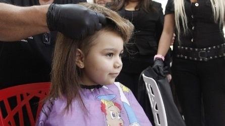 Con 300 parrucche regala il sorriso alle bambine malate di cancro
