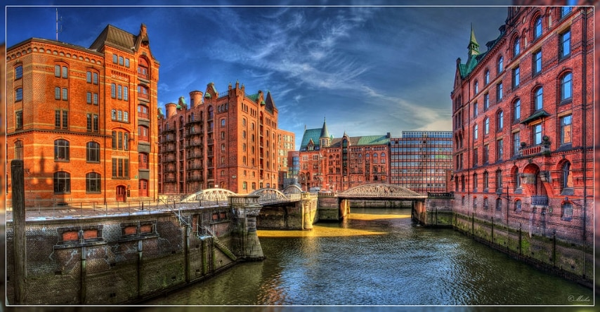 Foto da Wikipedia: http://de.wikipedia.org/wiki/Datei:Speicherstadt_Hamburg,_kleines_Fleet,_Panorama_HDR.jpg