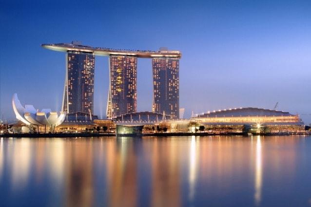 Il Marina Bay Sands è un resort situato a Singapore, è la più costosa struttura con casinò del mondo. Il costo dell'intero progetto è stato di $ 8 miliardi. Il resort comprende, oltre al casinò, un hotel con 2.561 camere, sala convegni 1.300.000 metri quadrati e centro espositivo, un centro commerciale da 800.000 metri quadrati, un museo, due teatri e 7 famosi ristoranti di chef.