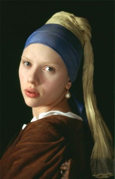 Nel film tratto dall'omonimo romanzo Scarlett interpreta la musa del pittore Vermeer indossando il celebre orecchino di perla.