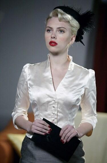Scarlett interpreta il ruolo di un'affascinante femme fatale con labbra di fuoco nella pellicola ambiantata negli anni '40.