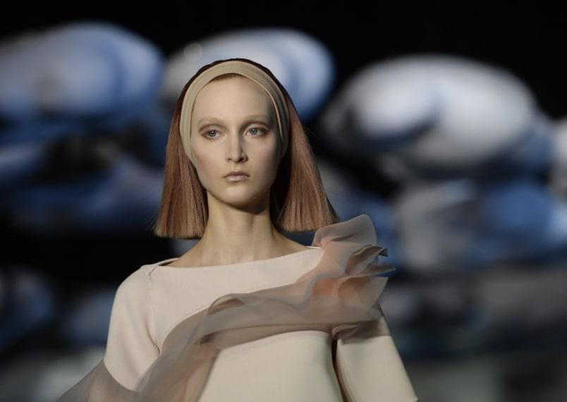 Lo stilista americano per presentare la sua collezione invernale ha coperto la testa delle modelle con parrucche geometriche.