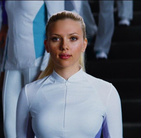 Nel film di fantascienza Scarlett indossa aderenti tutine total white.