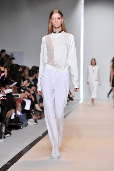 Sulla passerella primaverile di Mugler sfilano mini abiti e completi total white dalle linee futuristiche.