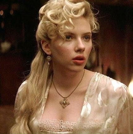 Nel film in costume Scarlett indossa lunghi guanti in stile anni '30.