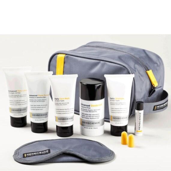 Per l'uomo che viaggia questo kit diventerà indispensabile; all'interno infatti contiene tutti i prodotti necessari per la cura della pelle.