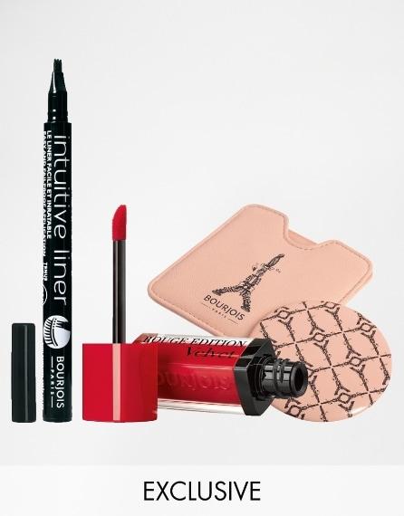 Rossetto rosso e eye-liner per chi ama il make up sensuale.